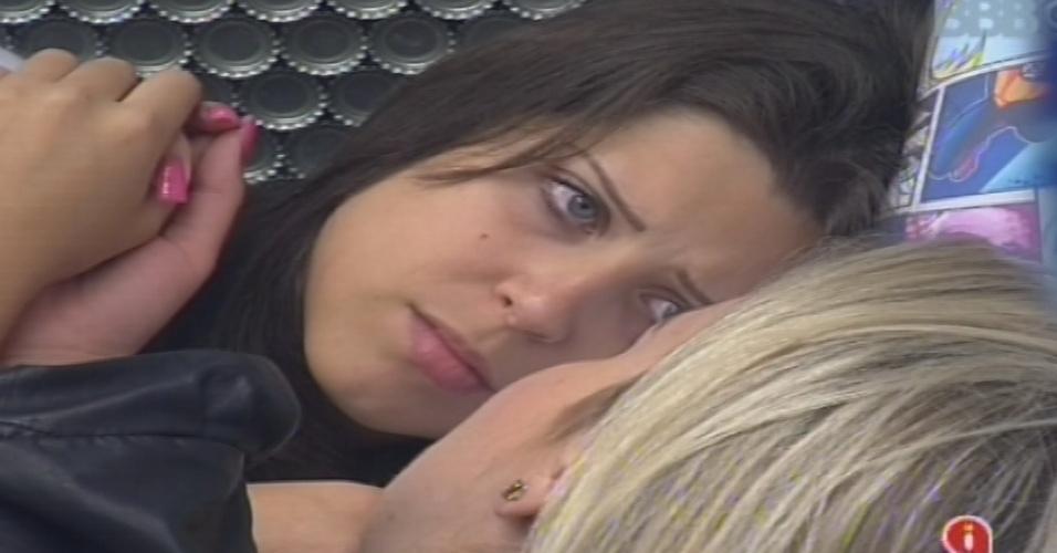 13.jan.2013 - Andressa conversa com Fernanda e diz achar que é alvo dos veteranos