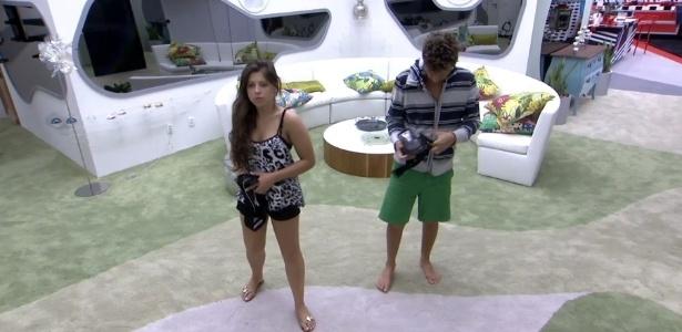 13.jan.2013 - Andressa se junta a Aslan na sala da casa para ver os clipes musicais e começar o dia dançando