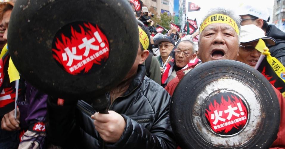 13.jan.2013 - Chineses batem panela em protesto contra o governo do país