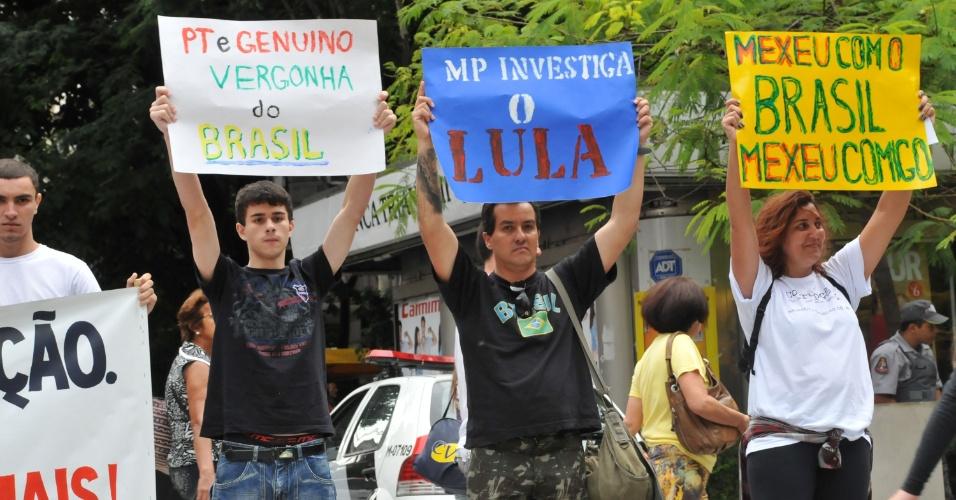 13.jan.2013 - Em protesto na avenida Paulista, em São Paulo, neste domingo (13), manifestantes pedem que o Ministério Público investigue a hipótese de ligação do ex-presidente Lula com o escândalo do mensalão