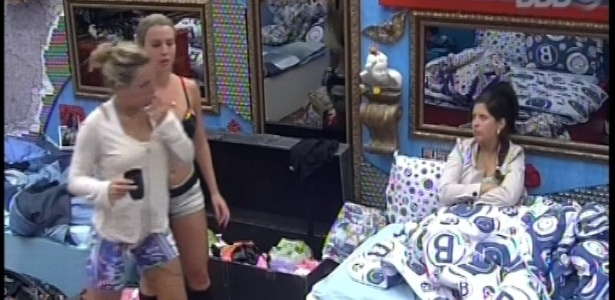 13.jan.2013 - Fernanda, Marien e Andressa conversam sobre Yuri e André no quarto Brechó