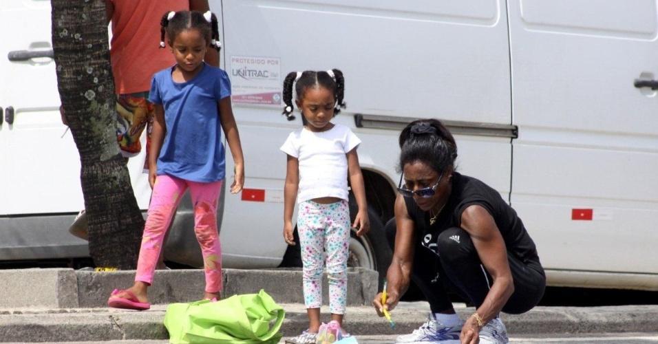 13.jan.2013 - Glória Maria pinta com as filhas na orla do Leblon, na zona sul do Rio