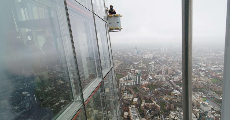 13.jan.2013 - Homem limpa fachada do prédio mais alto do Reino Unido, com 309,6 metros de altura