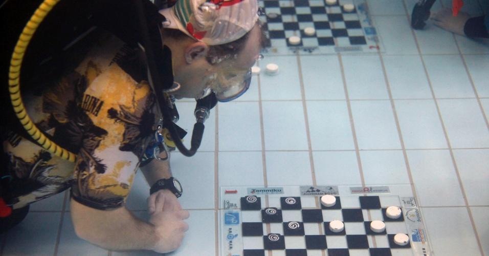 13.jan.2013 - Mergulhador joga damas debaixo d'água em Kaerepere, na Estônia, neste domingo (13)