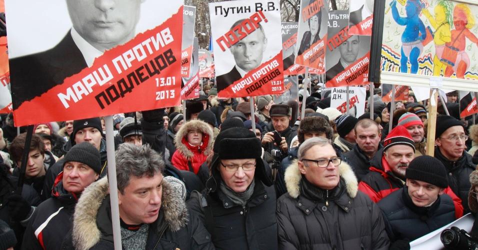 13.jan.2013 - Milhares de manifestantes russos protestam contra a proibição de americanos adotarem crianças do país