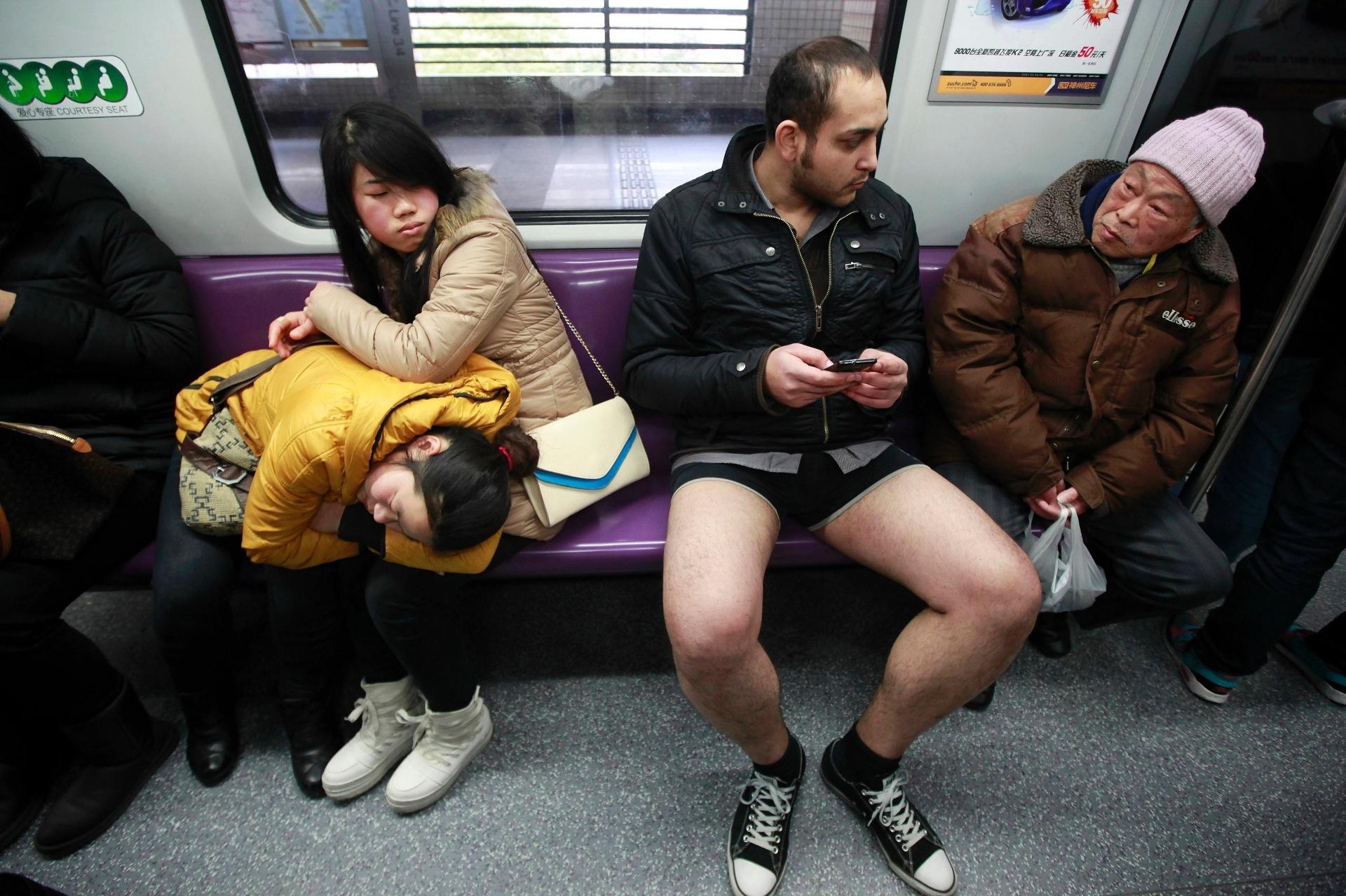 454269e65 Fotos   Dia sem calças  agita metrô na China - 13 01 2013 - UOL Notícias