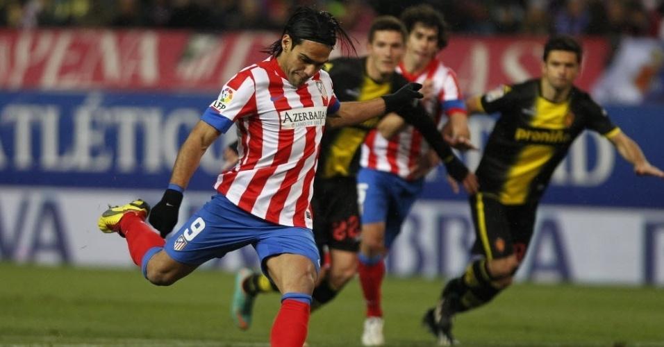 13.jan.2013 - Radamel Falcao, atacante colombiano do Atlético de Madri, cobra o pênalti e faz o primeiro gol da partida contra o Zaragoza, pelo Campeonato Espanhol