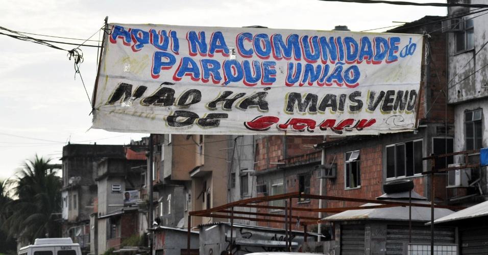 13.jan.2013 - Traficantes do Parque União no Complexo da Maré, no Rio de Janeiro, colocam faixa na rua avisando que não vendem crack no bairro