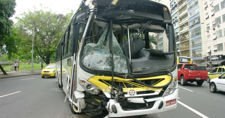 13.jan.2013 - Um acidente envolvendo dois ônibus na zona sul do Rio de Janeiro deixou sete pessoas feridas na tarde deste domingo. As vítimas tiveram ferimentos leves e foram levadas para o Hospital Municipal Souza Aguiar