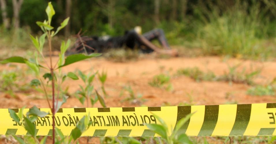 13.jan.2013 - Um corpo carbonizado foi encontrado em terreno na rua Angelo Gai, no bairro Umbará, em Curitiba, na manhã deste domingo (13). Peritos do Instituto de Criminalística foram até o local. Segundo policiais, a desova de corpos na região é constante