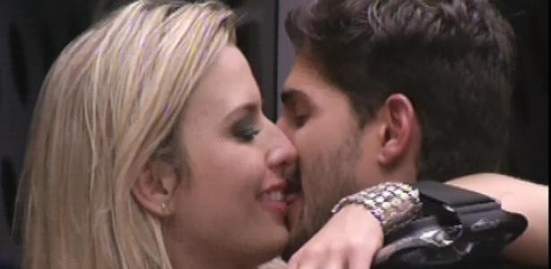12.jan.2013 - André beija Fernanda durante a Festa Espacial