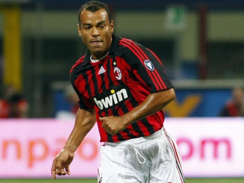 Após o sucesso obtido na Roma, o veterano Cafu, aos 33 anos, foi contratado pelo Milan em 2003e não decepcionou, acumulando título pela equipe