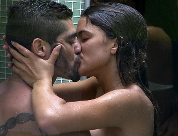 Nem no chuveiro Yuri e Laisa se desgrudavam, trocando beijos toda hora