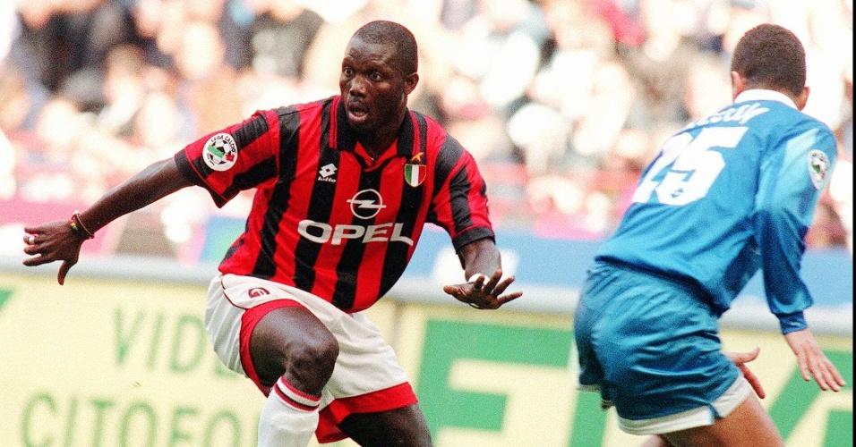 O Milan apostou no craque Weah já perto dos 30 anos. O liberiano não fez feio e se tornou um dos grandes ídolos do clube no final da década de 90