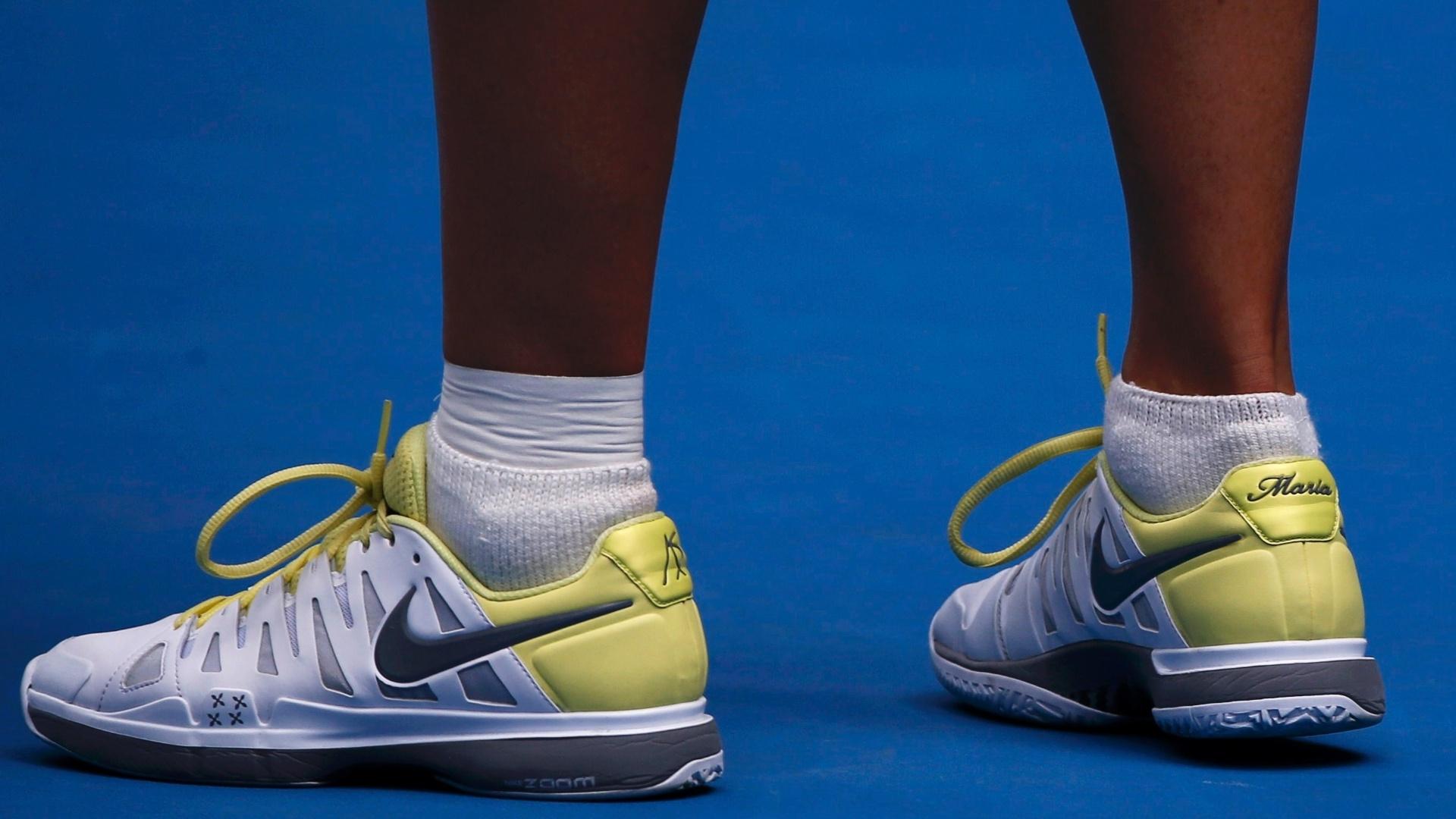 14.jan.2013 - Tenista russa Maria Sharapova tem tênis personalizado com seu nome no Aberto da Austrália
