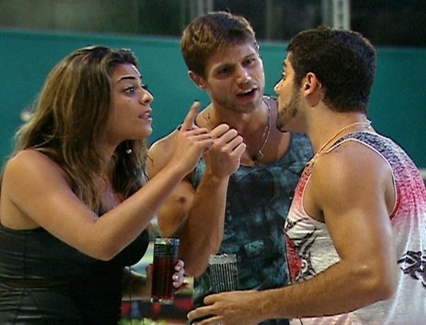 """Yuri discute com Jonas e Monique durante uma festa no """"BBB12"""""""