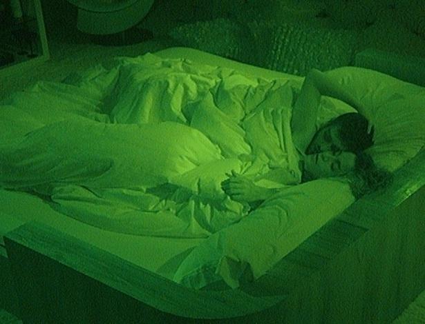 Yuri e Laisa protagonizaram diversas cenas quentes embaixo do edredom, sem se inibirem com as câmeas