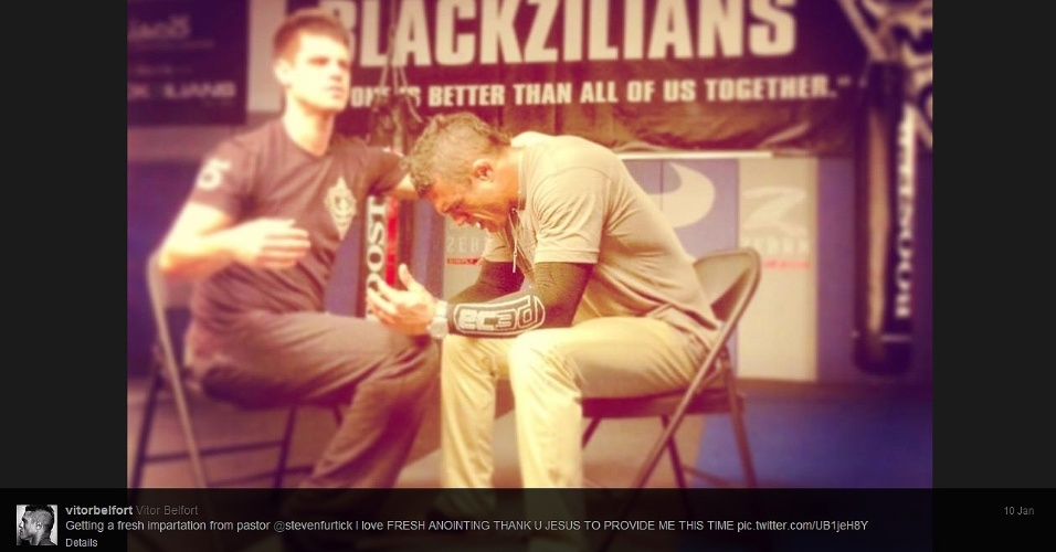 10.jan.2013 - Vitor Belfort conversa com pastor antes do UFC São Paulo