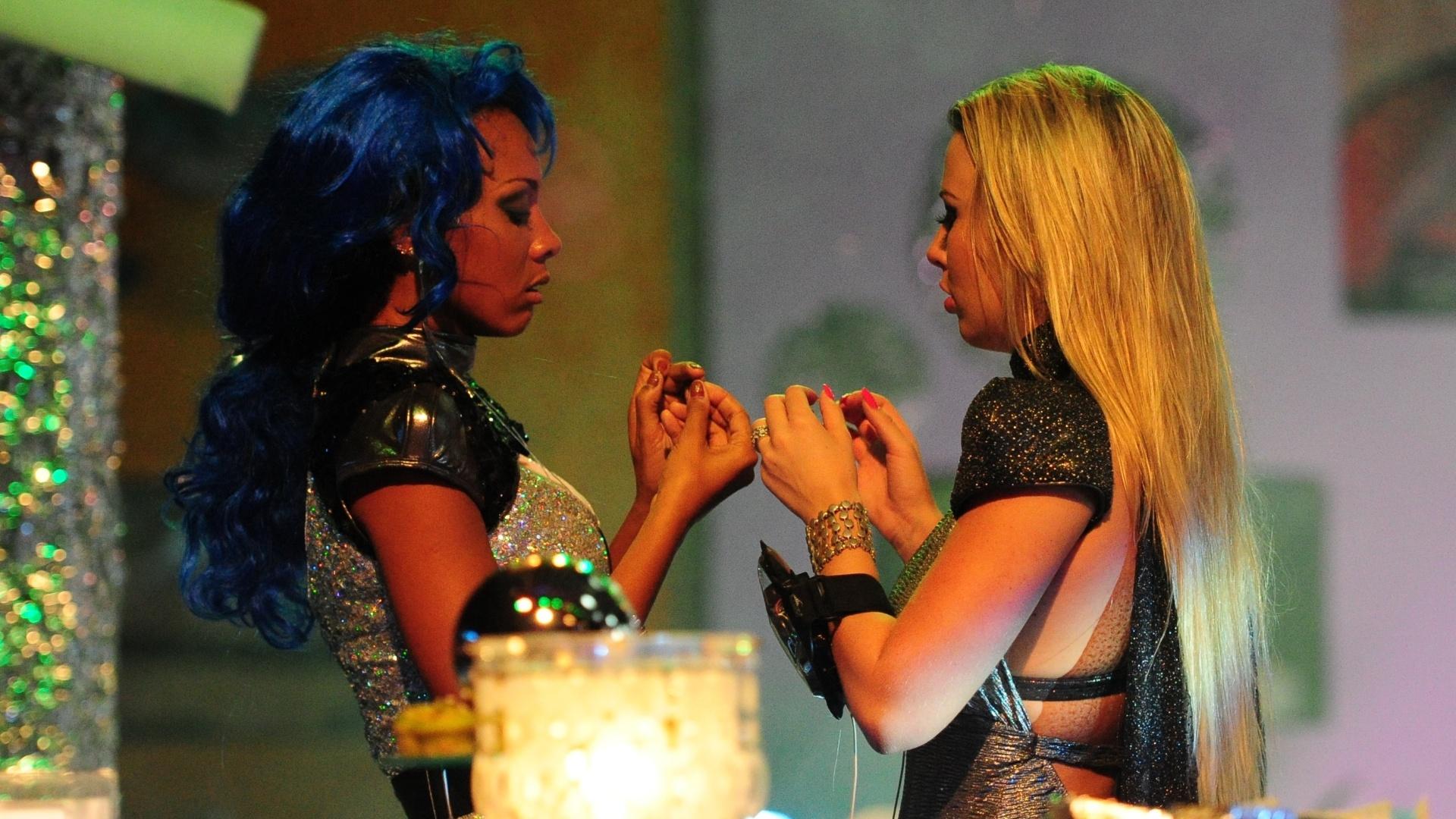 13.jan.2013 - Aline e Fernanda conversam durante a Festa Espacial