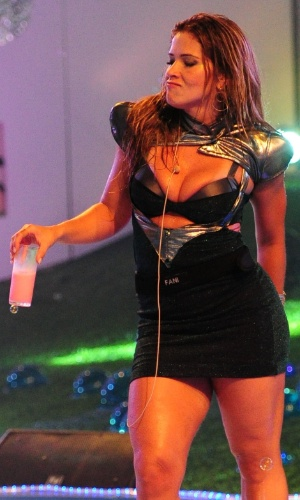 13.jan.2013 - Fani bebe e dança na pista da Festa Espacial