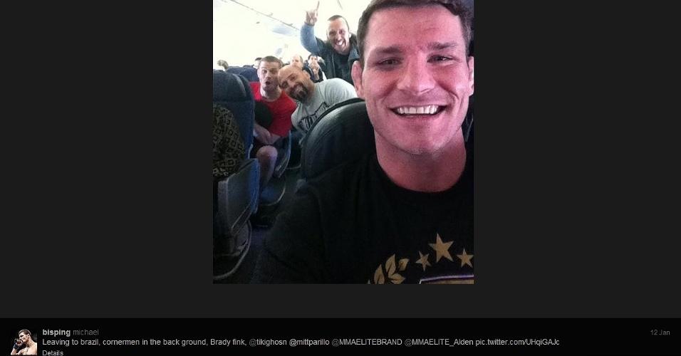 13.jan.2013 - Michael Bisping posta foto com sua equipe em avião ao chegar a São Paulo