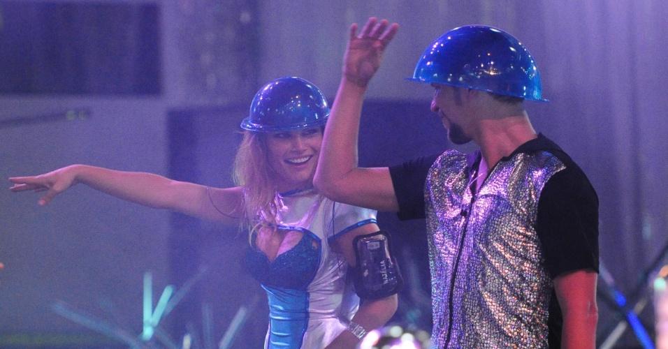 13.jan.2013 - Natália e Aslan fazem coreografias na Festa Espacial