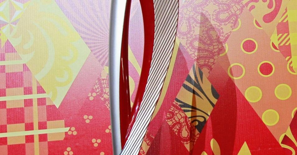 14.jan.2013 - A tocha olímpica dos Jogos de Inverno Sochi-2014 apresentada nesta segunda-feira é feita de alumínio, cromada na cor vermelha (em referência aos uniformes russos), pesa aproximadamente 1,8 kg e mede quase 1 m de altura