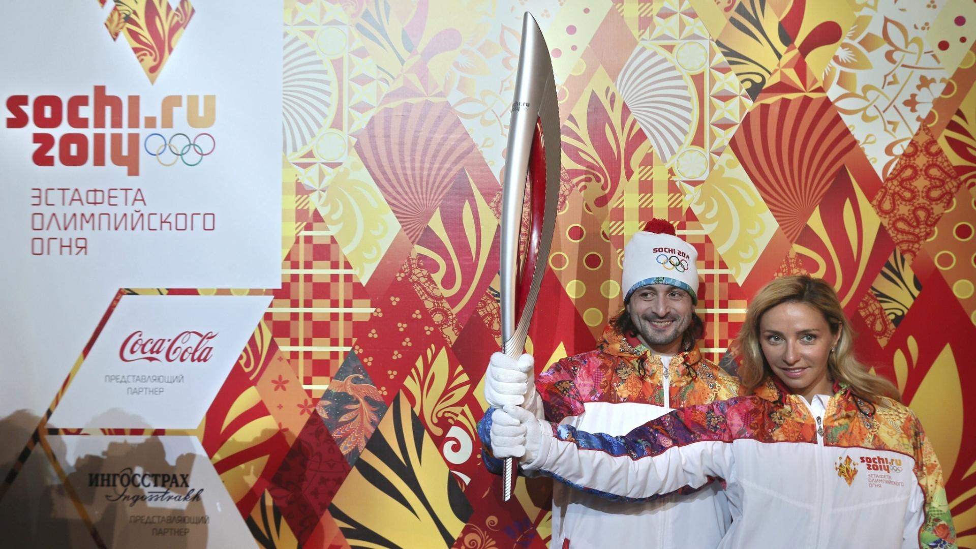14.jan.2013 - Ilya Averbukh (e) e Tatiana Navka, embaixadores dos Jogos de Sochi-2014, mostram a tocha olímpica que passará por um revezamento de 123 dias e percorrerá mais de 65 mil quilômetros dentro da Rússia, no maior revezamento de tocha da história dos Jogos de Inverno
