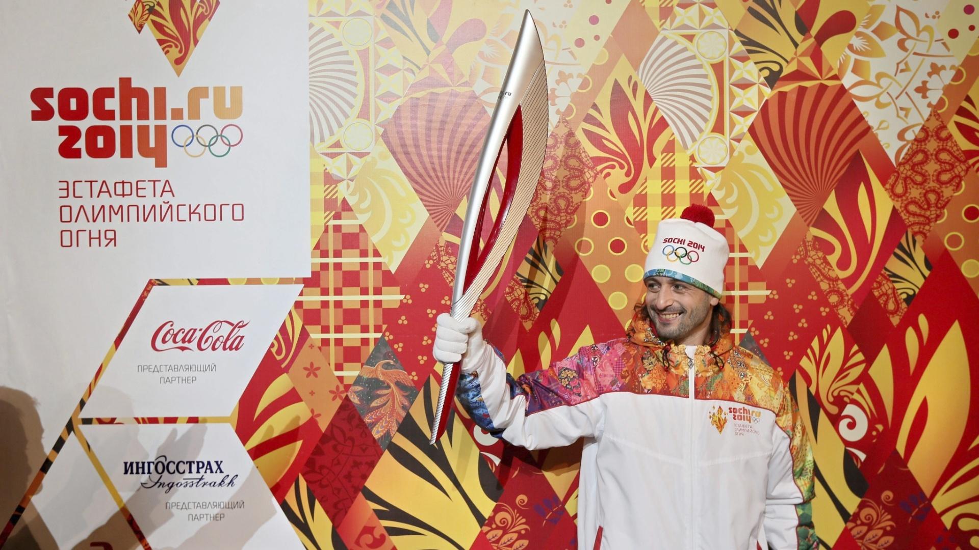 14.jan.2013 - Os organizadores dos Jogos de Sochi-2014 apresentaram nesta segunda-feira em Moscou as tochas olímpica e paraolímpica. Na foto, Ilya Averbukh, embaixador da Olimpíada de Sochi, ergue a tocha olímpica