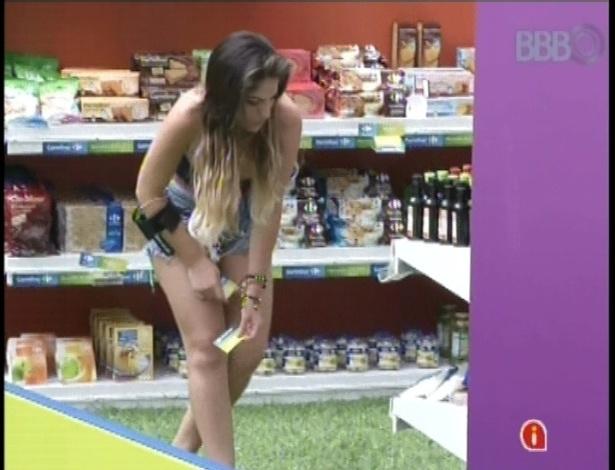 14.jan.2013 - Anamara escolhe os produtos no supermercado montado no jardim da casa