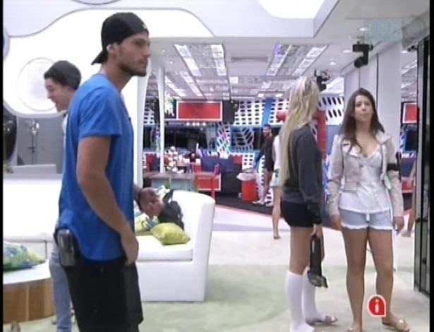 14.jan.2013 - André, Fernanda, Nasser e Andressa dançam na sala, despertando-se para começar o dia