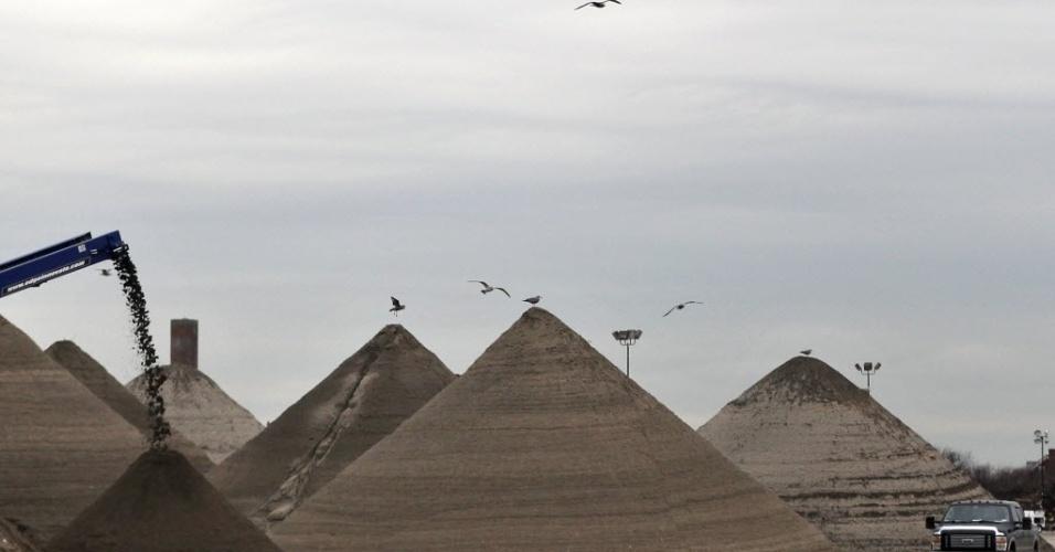 14.jan.2013 -  Areia removida de escombros, por causa da tempestade Sandy, forma pirâmides  nos arredores de Queens, em Nova York (EUA)
