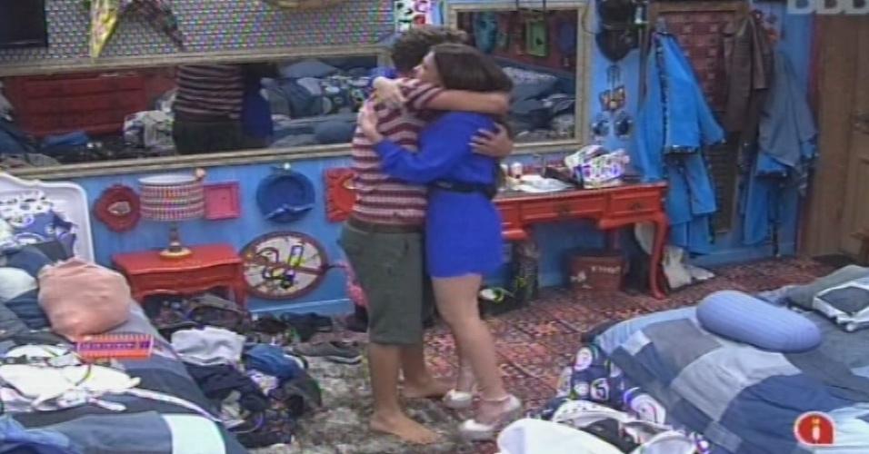 14.jan.2013 - Aslan abraça Kamilla no quarto Brechó. O recifense apresentou a casa à miss, que veio da casa de vidro