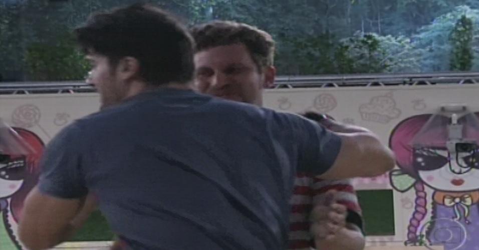 14.jan.2013 - Aslan abraça o recém-chegado Marcello na área externa da casa