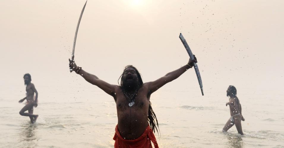 14.jan.2013 - Devoto hindu se banha na confluência dos rios Ganges, Yamuna e Saraswati no primeiro dia do festival Kumbh Mela, em Allahabad, na Índia. Milhões de peregrinos hindus são esperados para participar da grande congregação religiosa de um período de mais de um mês nas margens do rio Sangam