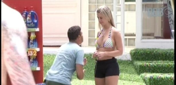 14.jan.2013 - Dhomini ajoelha e pede que Fernanda ouça mais os outros participantes do confinamento
