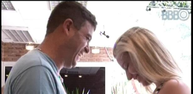 14.jan.2013 - Dhomini e Fernanda travam uma discussão sobre a sister dentro do jogo