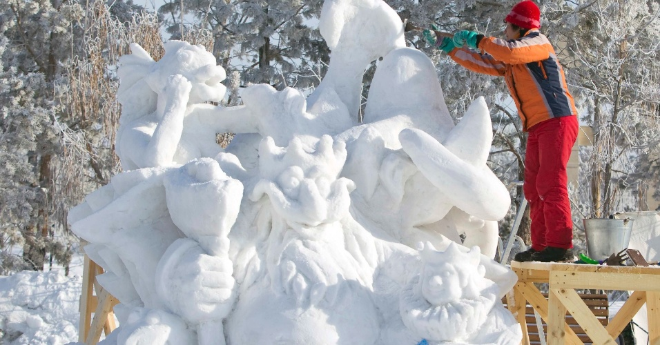 14.jan.2013 - Escultor dá o toque final em sua criação em Almaty, no Cazaquistão, no festival Eight Lakes, que traz diversas obras esculpidas em gelo
