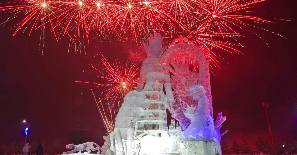 14.jan.2013 - Fogos de artifício explodem por trás de obra de gelo em Almaty, no Cazaquistão, no festival Eight Lakes, que traz diversas obras esculpidas em gelo