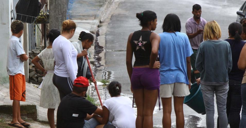 14.jan.2013 -  14.jan.2013 - Grupo se aglomera  ao lado de igreja evangélica, onde homens armados atiraram contra duas pessoas, na cidade de Itapevi, região metropolitana de São Paulo. Uma pessoa morreu e outra ficou ferida