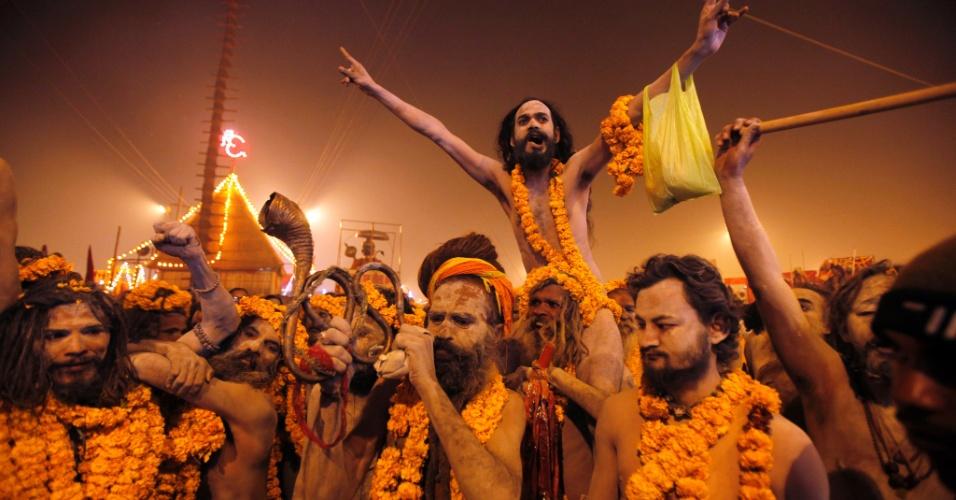 14.jan.2013 - Homens se preparam para o início do festival religioso Kumbh Mela, no rio Ganges, em Allahabad, no norte da Índia, nesta segunda-feira (14). O festival é um dos maiores do mundo e é realizado a cada 12 anos. Para este ano são esperados 100 milhões de hindus