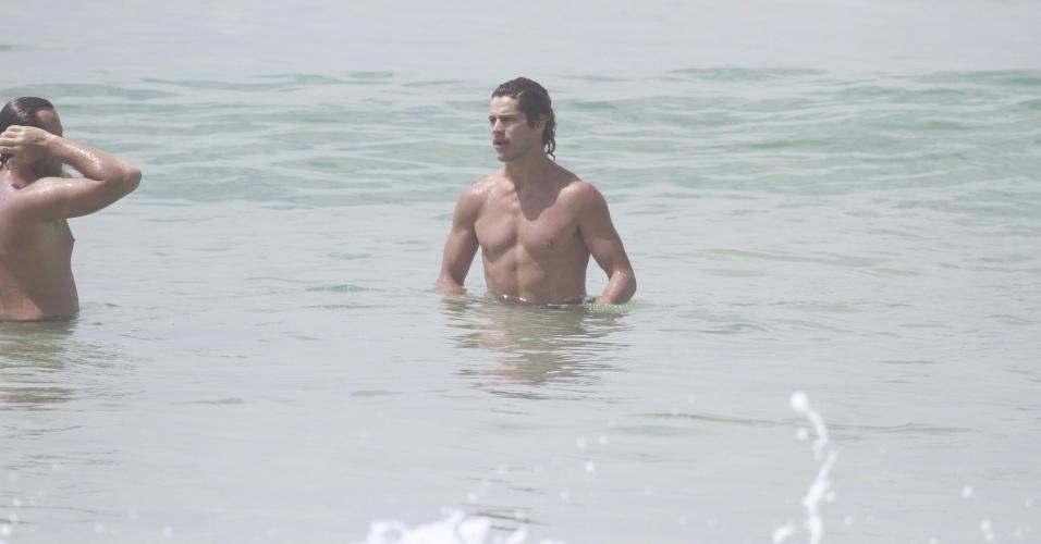 """14.jan.2013 - José Loreto mergulha na praia da Barra, na zona oeste do Rio. Depois de viver o Darkson em """"Avenida Brasil"""", o ator voltará à TV em """"Flor do Caribe"""", próxima novela das seis da Globo"""