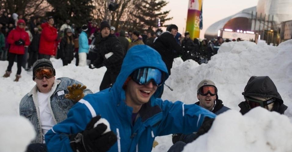 14.jan.2013 - Jovens se divertem na maior  guerra de  neve mundo, segundo o Guinness Book, em  Seattle (EUA)