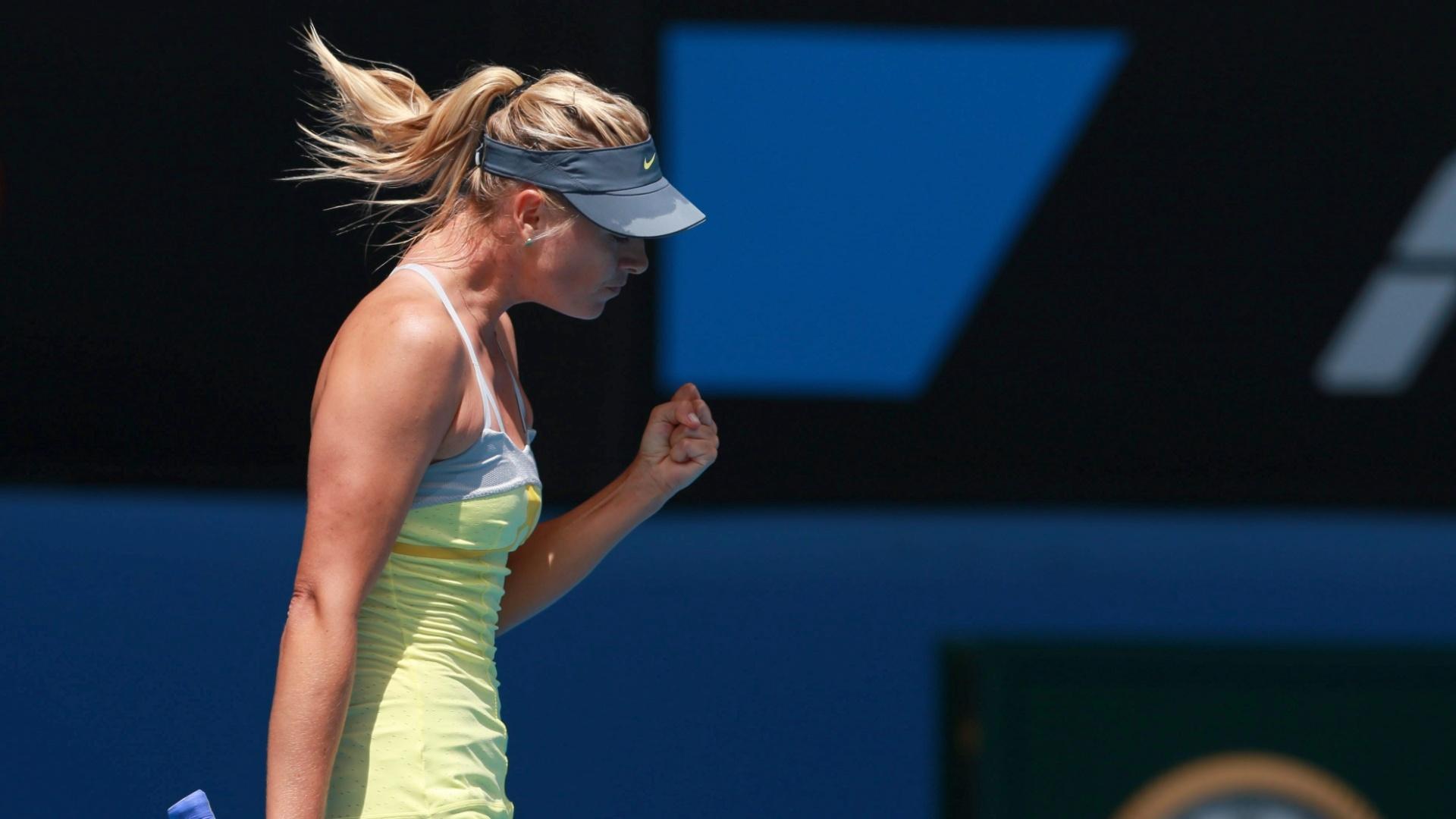 14.jan.2013 - Maria Sharapova comemora ponto conquistado na fácil vitória sobre Olga Puchkova em sua estreia no Aberto da Austrália