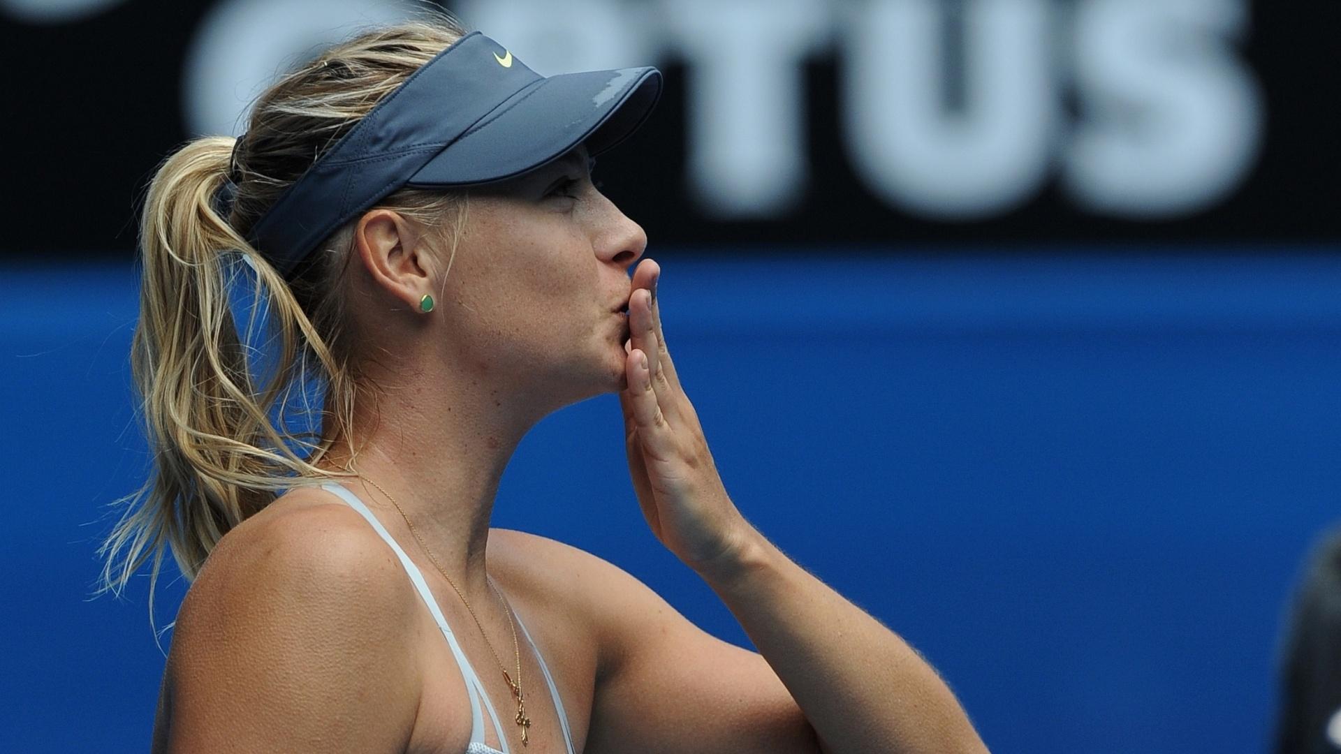 14.jan.2013 - Maria Sharapova manda beijinho para a torcida após vencer Olga Puchkova na estreia do Aberto da Austrália
