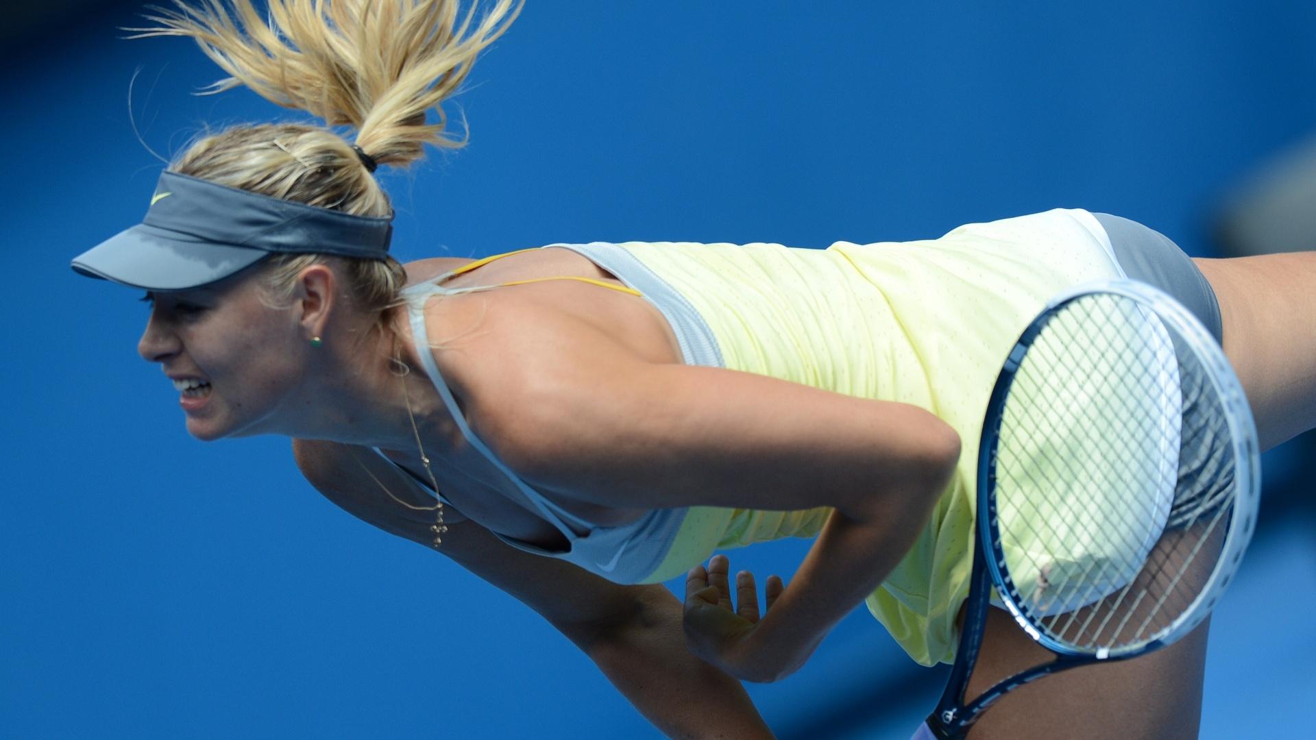 14.jan.2013 - Maria Sharapova saca durante a tranquila vitória sobre Olga Puchkova por 2 sets a 0 em sua estreia no Aberto da Austrália
