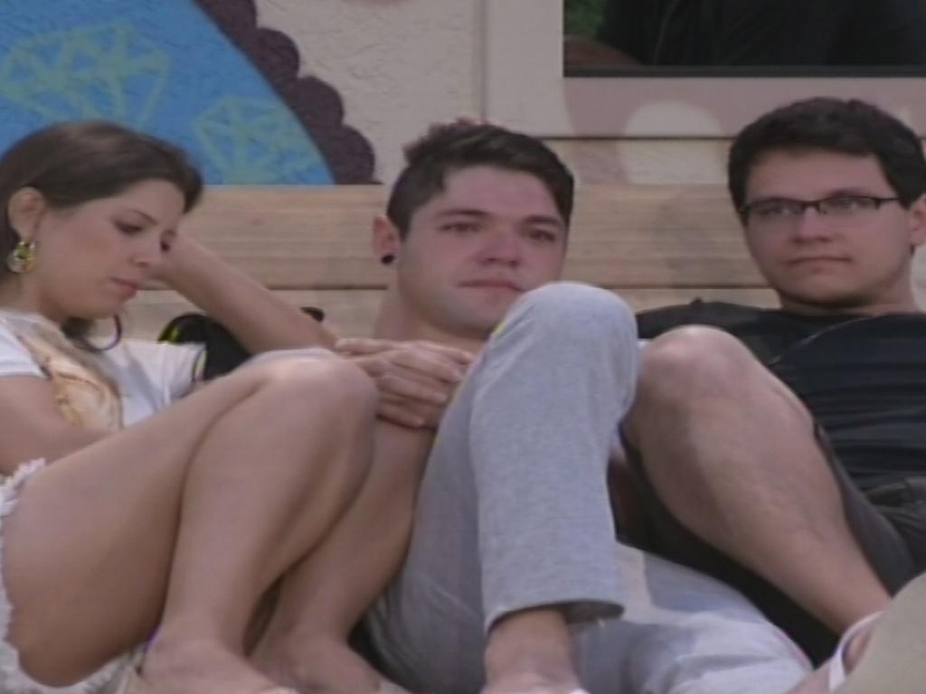 14.jan.2013 - Nasser chora e é consolado por Andressa e Ivan