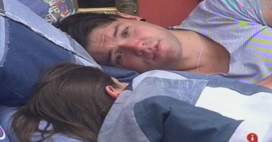 14.jan.2013 - Nasser e Andressa conversam no quarto Brechó