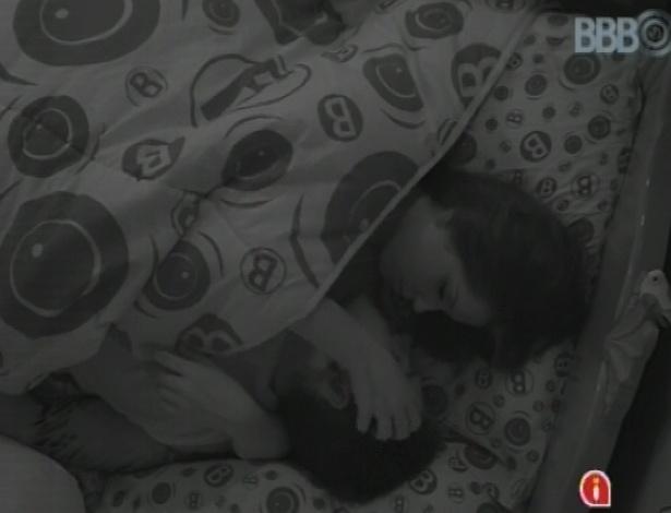 14.jan.2013 - Nasser e Andressa trocam carícias e cochichos debaixo do edredom na manhã desta segunda