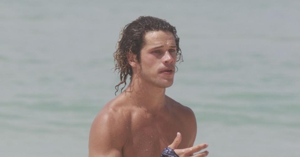 14.jan.2013 - O ator José Loreto mergulha na praia da Barra, na zona oeste do Rio. Depois de viver o Darkson em